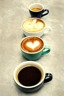 Variedad de tazas con café caliente