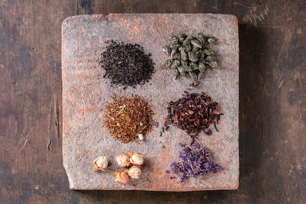 Variedad de té seco con tetera.