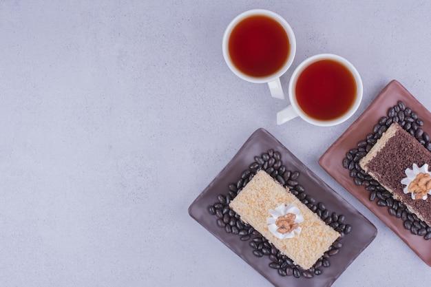 Variedad de tortas medovic con dos tazas de té