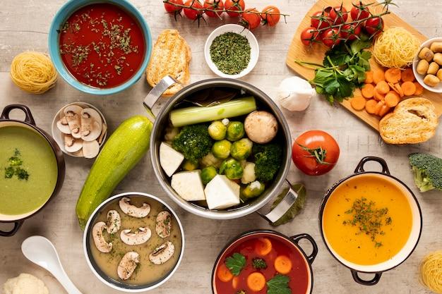 Variedad de verduras, cremas, sopas e ingredientes.