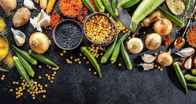 Variedad de verduras frescas sabrosas en la oscuridad