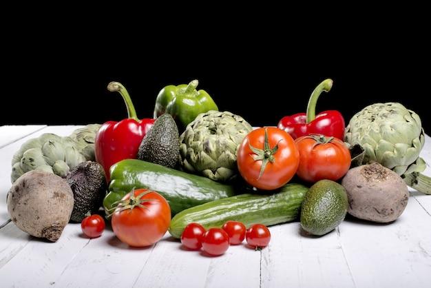 Una variedad de verduras mixtas en la mesa