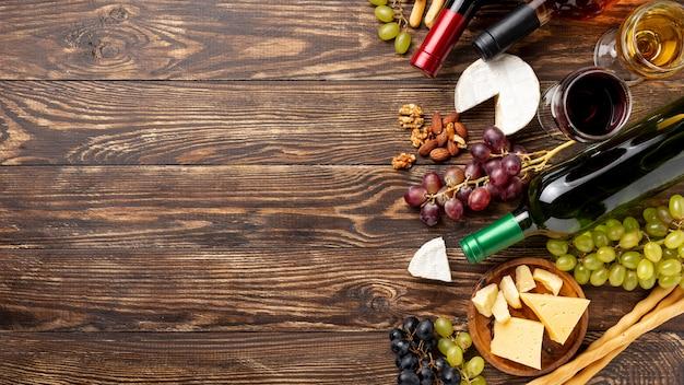 Variedad de vino y queso en la mesa.