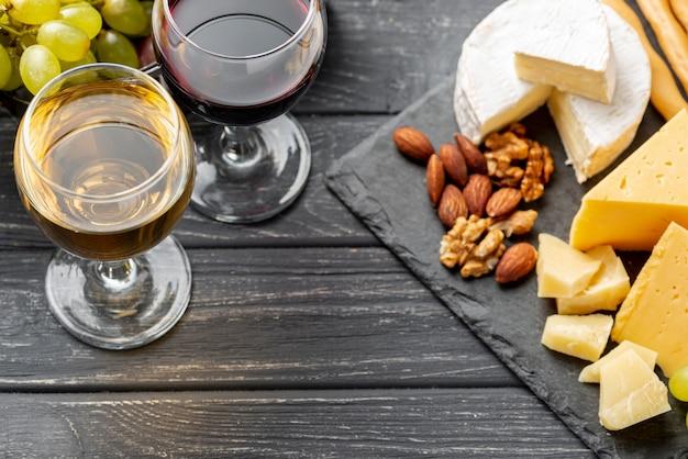 Variedad de vinos y quesos de alto ángulo para degustación.