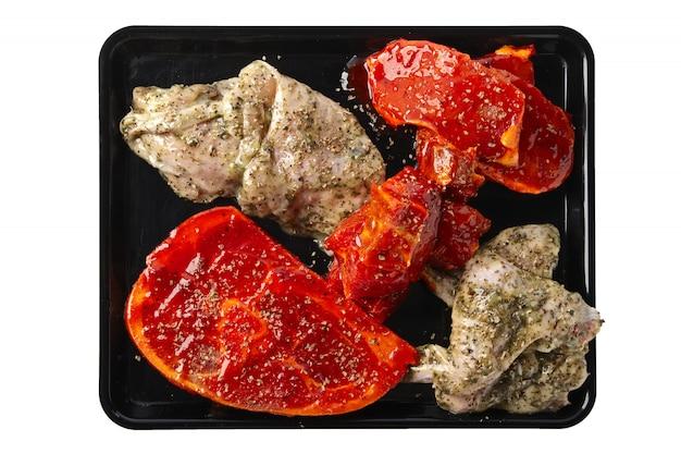 Variedades de carne marinadas listas para asar aisladas