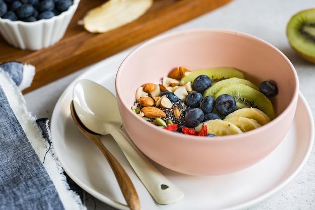 Variedades de frutas y nueces sobre yogurt griego.