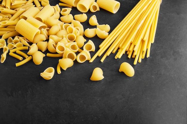 Variedades de pasta en negro.