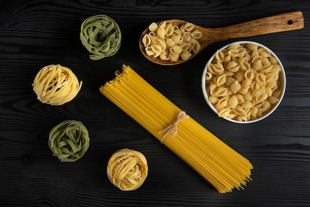 Variedades de pasta servidas en la mesa rústica