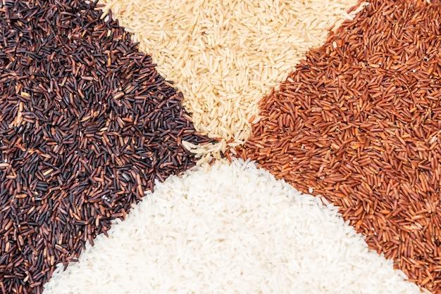 Las variedades tailandesas del arroz de arroz moreno se mezclaron en la tabla. fondo de arroz.