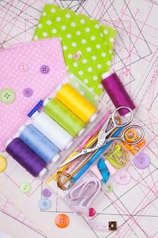 Varios accesorios para costura de costura.