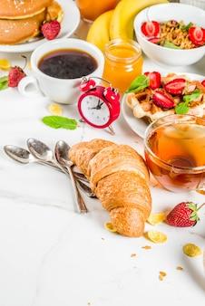 Varios alimentos para el desayuno de la mañana
