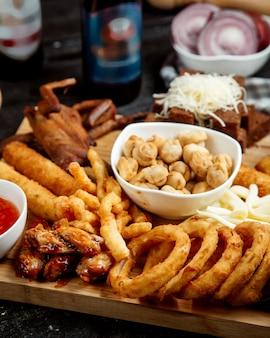 Varios aperitivos fritos en el escritorio