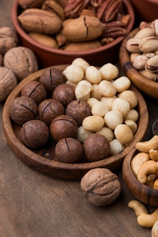 Varios aperitivos de frutos secos orgánicos en un tazón de vista alta