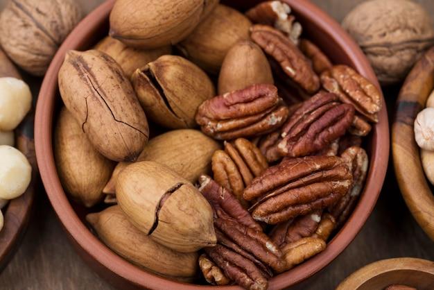 Varios aperitivos de frutos secos orgánicos en un tazón