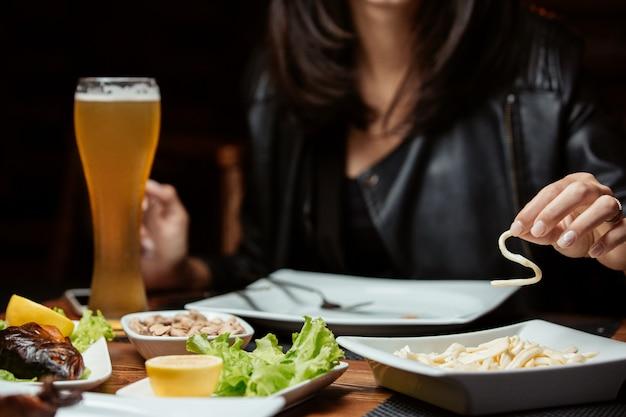 Varios aperitivos servidos con cerveza