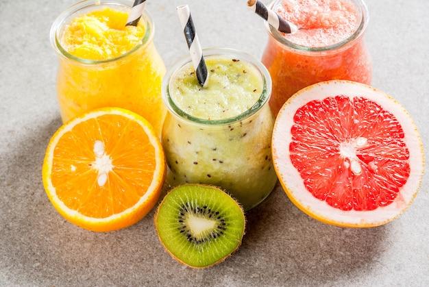 Varios batidos de frutas tropicales