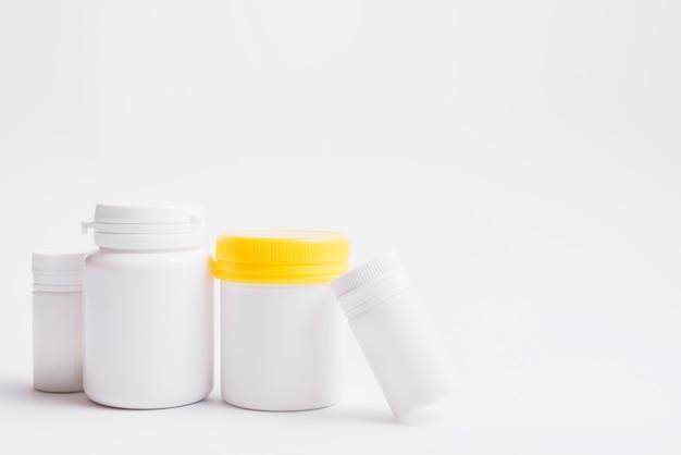 Varios botellas de plástico para pastillas