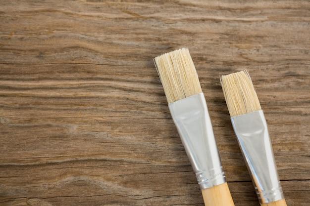 Varios cepillos planos sobre superficie de madera