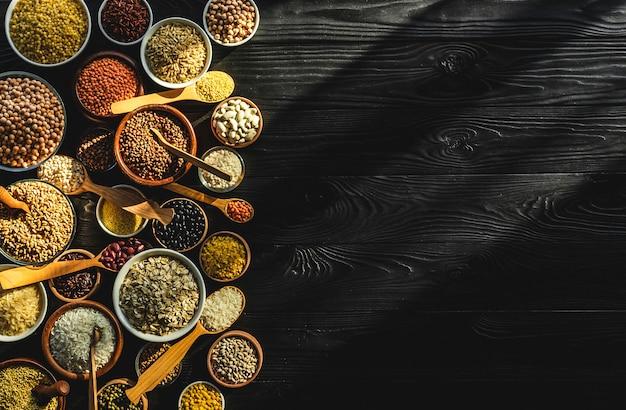 Varios cereales, granos, semillas y frijoles, concepto de dieta alta en fibra, foto filtrada en estilo vintage