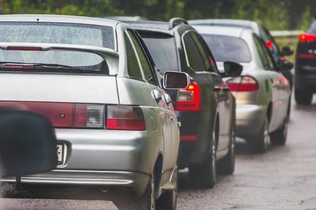 Varios coches en la carretera atascos de tráfico en la carretera