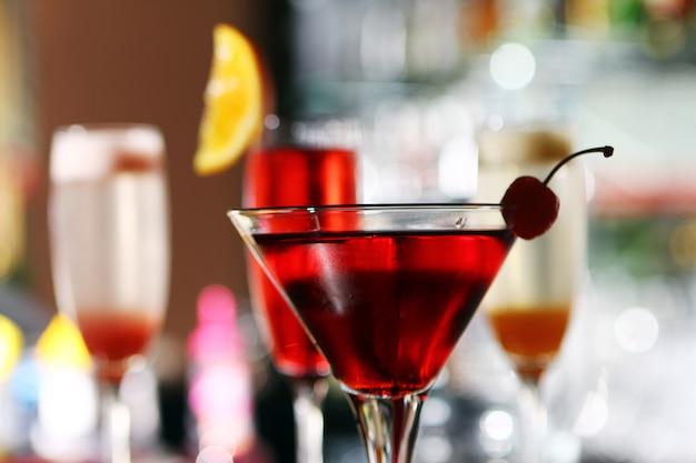 Varios cócteles en el escenario del bar