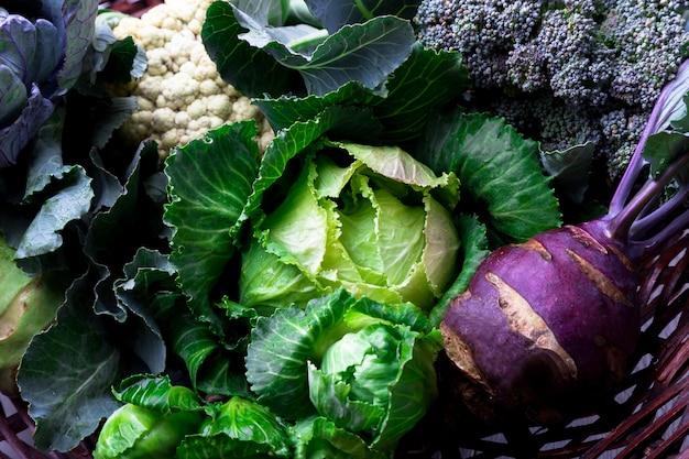 Varios de col coliflor brócoli. surtido de coles en la cesta.