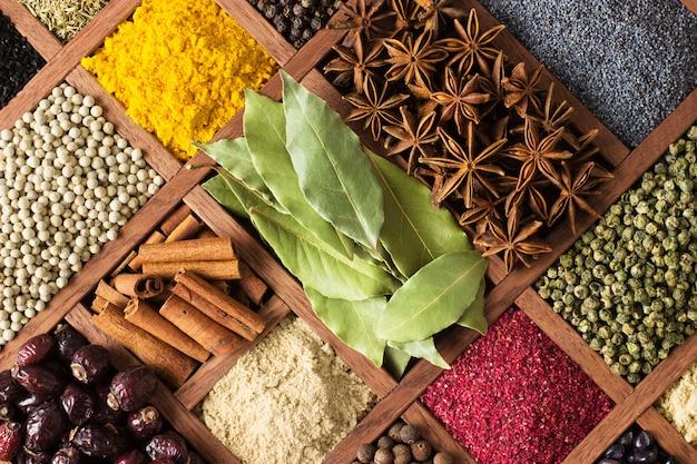 Varios condimentos con vitrinas del mercado indio.