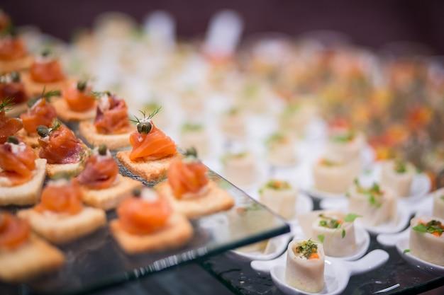 Varios deliciosos salmones de aperitivo, muy pequeña profundidad de campo