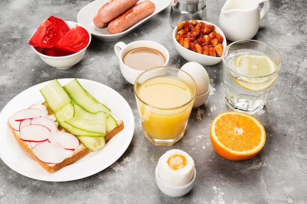 Varios desayuno saludable en el espacio gris