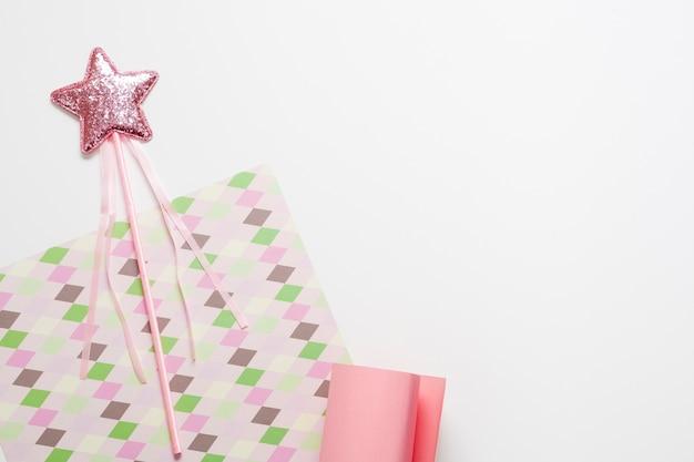 Varios diseños de papel y estrella en palo