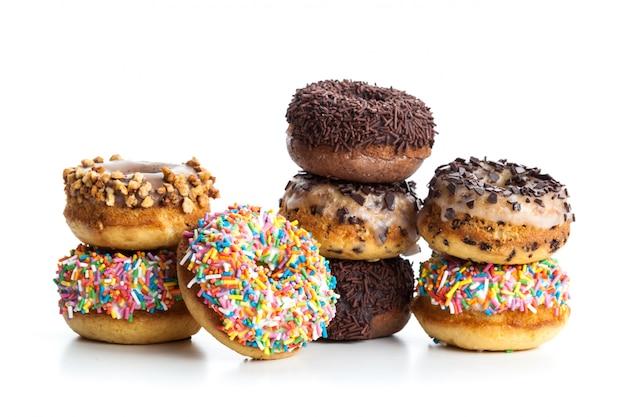 Varios donuts sobre fondo blanco.