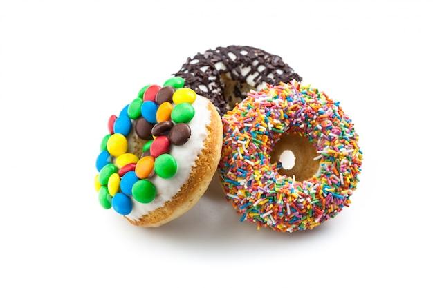Varios donuts en superficie blanca