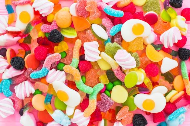 Varios dulces coloridos