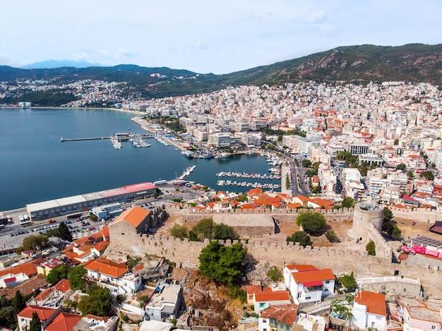 Varios edificios en el costo del mar egeo con puerto en kavala, grecia