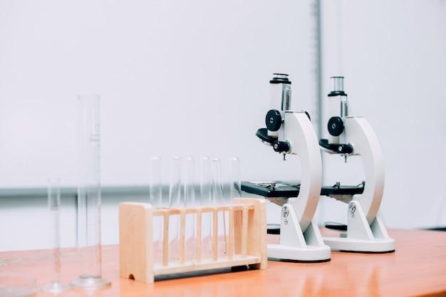 Varios equipos de laboratorio en mesa de madera