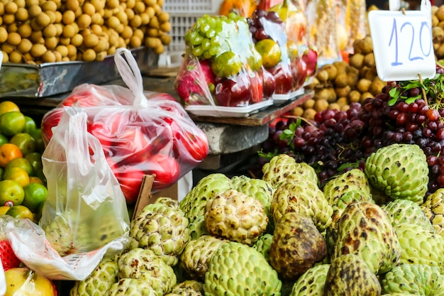 Varios frutos frescos en la comida de la calle en el mercado rural local