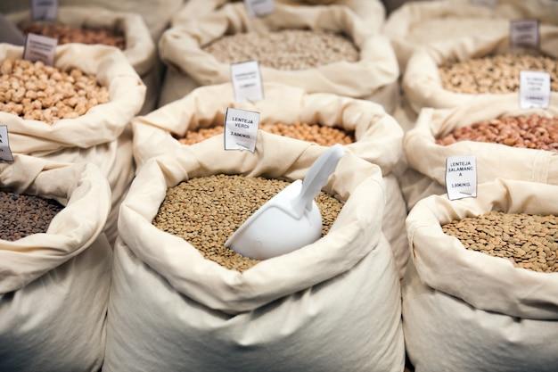 Varios granos en bolsas