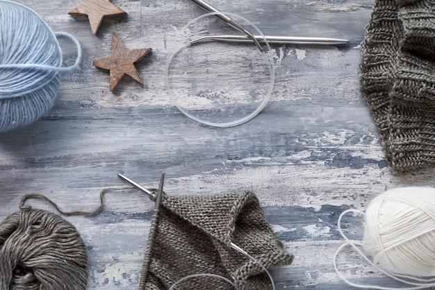 Varios hilos de lana y agujas de tejer, tejer pared de hobby
