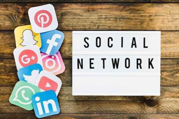 Varios iconos de aplicaciones de teléfonos móviles cerca del texto de la red social