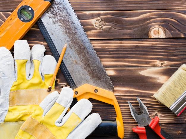 Varios implementos de carpintero en mesa de madera.