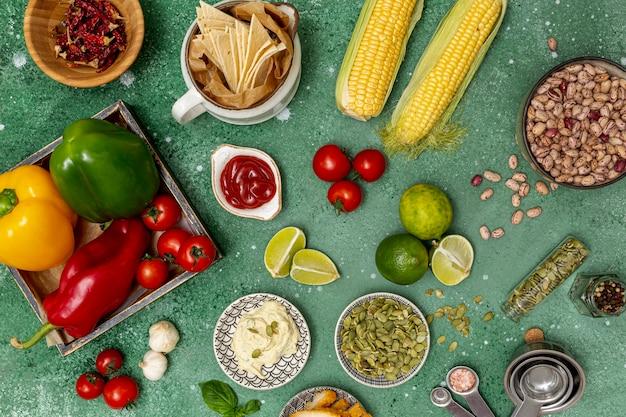 Varios ingredientes frescos para un plato tradicional mexicano.