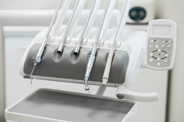 Varios instrumentos y herramientas dentales en una oficina de dentistas