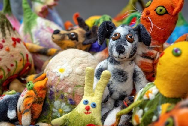 Varios juguetes caseros de fieltro suave en el mercado.