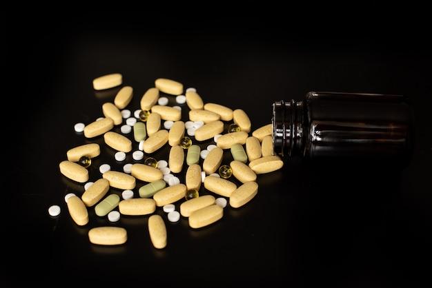 Varios medicamentos y vitaminas, un frasco de pastillas.