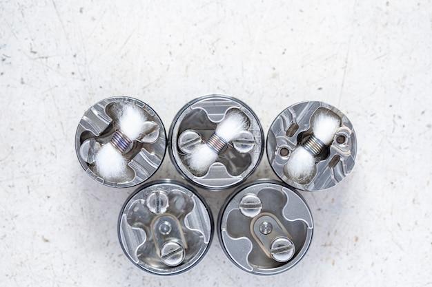 Varios micro bobina simple con mecha de algodón en atomizador de goteo reconstruible de alta gama, equipo de vape con poca profundidad de campo