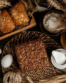 Varios pan y pila de sal