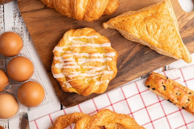 Varios panes y huevos sobre tela blanca roja.