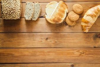 Varios panes en la madera