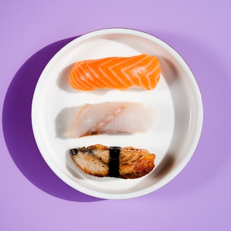 Varios platos de sushi sobre un fondo azul.