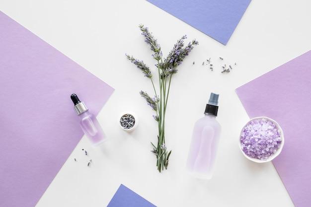 Varios productos hechos a mano para el cuidado de la piel de lavanda